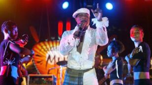 Photo d'archive du chanteur congolais Koffi Olomidé, au stade Iba Mar Diop de Dakar, le 30 avril 2005.