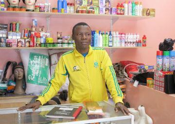 Martial, un Camerounais de 30 ans, tient un petit magasin de vêtements et d'accessoires avec sa grande sœur et son petit frère. Il vit à Sunnyside depuis 2010.