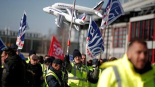 Pasajeros quedaron varados mientras trabajadores de Air France atacan disputas salariales.