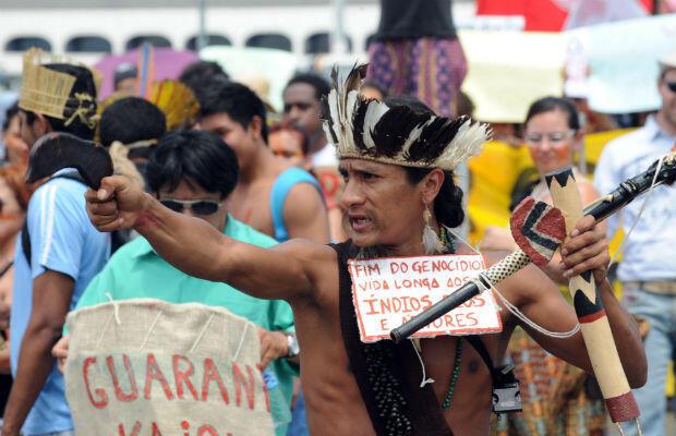 """Manifestation de soutien aux Guarani-Kaiowa à Brasilia, le 31 octobre 2012 pour que l'État les protège des fermiers du Mato Grosso. Sur sa pancarte : """"Fin du génocide, longue vie aux Indiens""""."""