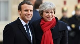 الرئيس الفرنسي إيمانويل ماكرون ورئيسة الوزراء البريطانية تيريزا ماي في 12 ديسمبر 2017 بقصر الإليزيه بباريس