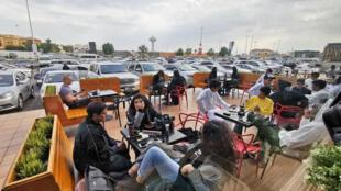 رجال وسيدات في السعودية يجلسون في مقهى، المملكة العربية السعودية، 9 ديسمبر/ كانون الأول 2019.