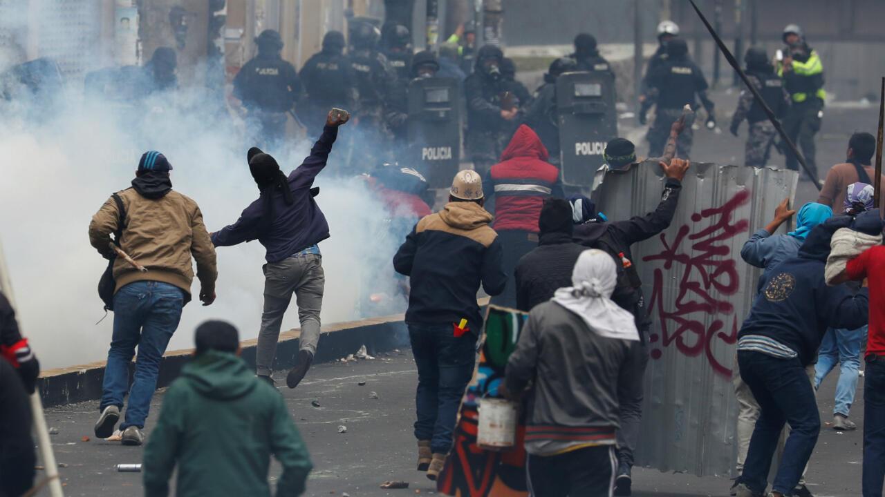 Los manifestantes se enfrentan a las fuerzas de seguridad durante una protesta contra las medidas de austeridad del presidente de Ecuador, Lenín Moreno, en Quito, Ecuador, el 11 de octubre de 2019.