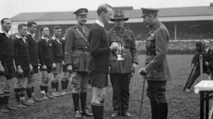 Le capitaine de l'équipe de Nouvelle-Zélande reçoit la King's Cup des mains du roi George V, le 19 avril 1919 à Twickenham, en Angleterre.