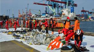 Miembros del equipo de rescate organizan restos del avión de la aerolínea Lion Air que se estrelló en el mar indonesio. 29 de octubre de 2018.