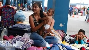 Miles de migrantes aguardan a las afueras del Centro Binacional de Atención en Frontera para intentar ingresar a Perú el 31 de octubre de 2018.