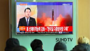 Des Sud-Coréens regardent la télévision qui annonce le tir d'un missile nord-coréen, le 12 février 2017.