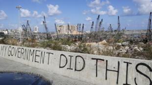 """En un puente desde el que se ve el puerto de Beirut, devastado por una explosión el 4 de agosto de 2020, se puede leer en un grafiti """"Mi gobierno hizo esto"""""""