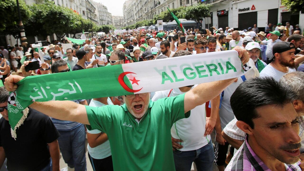 متظاهرون جزائريون في مسيرة للمطالبة بالإطاحة بالنخبة الحاكمة في الجزائر العاصمة، الجزائر ، 2 آب/أغسطس 2019