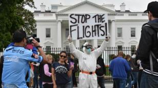 Manifestant devant la Maison Blanche réclamant l'arrêt des vols venant d'Afrique de l'Ouest, le 16 octobre 2014.