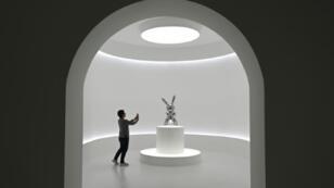 """Le """"Rabbit"""" de Jeff Koons, exposé dans les locaux de Christie's, à New York"""