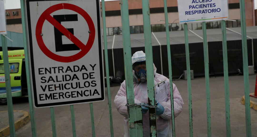 Un trabajador de la salud cierra la entrada al hospital público de San José en medio de la propagación del nuevo coronavirus en Santiago, Chile , el 28 de mayo de 2020.