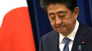 رئيس الوزراء الياباني شينزو آبي خلال مؤتمر صحافي في مقره الرسمي بطوكيو في 28 آب/أغسطس 2020