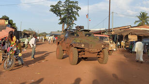 Des soldats français patrouillent dans la ville de Bambari