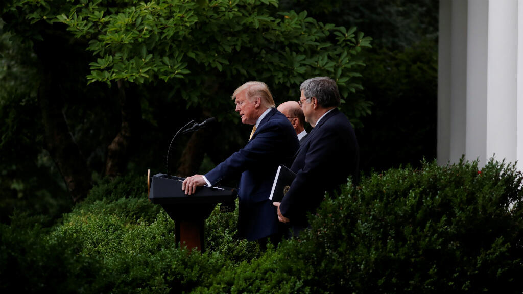 El presidente de EE. UU., Donald Trump, defiende al Secretario de Comercio Wilbur Ross y al Fiscal General Bill Barr cuando anuncia los esfuerzos para obtener información de la ciudadanía, en la Casa Blanca, en Wsahington D.C., EE. UU., el 11 de julio de 2019.