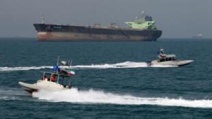 Imagen de archivo. La Guardia Revolucionaria de Irán navega en lanchas frente a un petrolero durante una ceremonia para conmemorar el 24 aniversario del derribo del vuelo 655 de Iran Air por parte de la marina estadounidense, el 2 de julio de 2012.