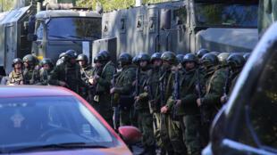 Militares hacen fila en la escena del ataque fatal en un centro educativo en la ciudad portuaria de Kerch, Crimea , 17 de octubre de 2018.