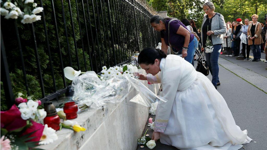 La gente rinde homenaje a las víctimas del accidente de barco, en el que murieron varias personas en el río Danubio. 31 de mayo de 2019.