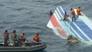 Des plongeurs récupèrent une partie de la gouverne de direction de l'AirbusA330 dans l'océan Atlantique, quelques jours après le crash du vol Rio-Paris, le 1erjuin2009.