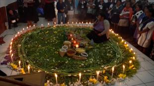 Algunas mujeres se reúnen duranteel quinto encuentro estatal de parteras, en Chiapas, México.