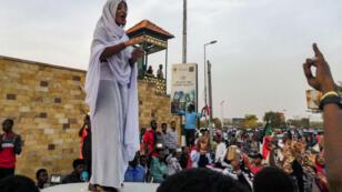 """Ala'a Salah, une étudiante devenue """"icône"""" du mouvement."""