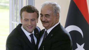 Le maréchal Khalifa Haftar et Emmanuel Macron lors d'une conférence de presse à la Celle-Saint-Cloud, le 25 juillet 2017.