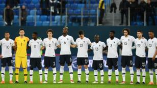 Les Bleus durant l'hymne national français, lors de Russie - France à Saint-Pétersbourg.