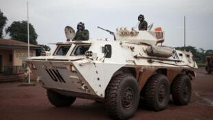 Des soldats de la Minusca patrouillent à Gamboula, dans l'ouest de la Centrafrique, en juillet 2018.
