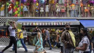 Des habitants de Sao Paulo dans une rue commerçante, le 10 juin 2020, au Brésil.