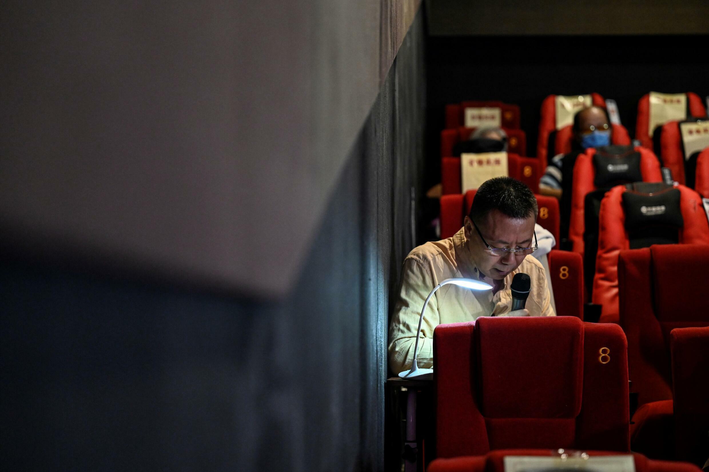 如果情节包含观众尚未遇到的历史或虚构元素,向盲人观众解释电影可能是一项挑战