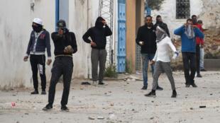 Protestataires en colère face aux forces de l'ordre à Tebourba, en Tunisie, le 9 janvier 2018.