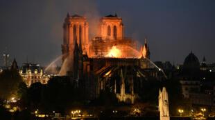 La catedral medieval de Notre Dame arde en llamas el 15 de abril de 2019.