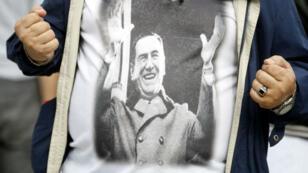 Un manifestante anti-Macri con una camiseta que representa al presidente Juan Domingo Perón el 4 de abril de 2019.