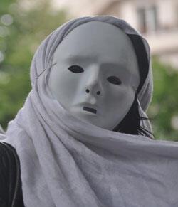 Une prostituée masquée lors de la manifestation contre le projet de loi sur la prostitution (Crédit photo : AFP)