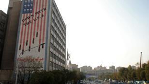 La caricature d'un drapeau américain sur un immeuble de Téhéran, le 9 novembre 2016.