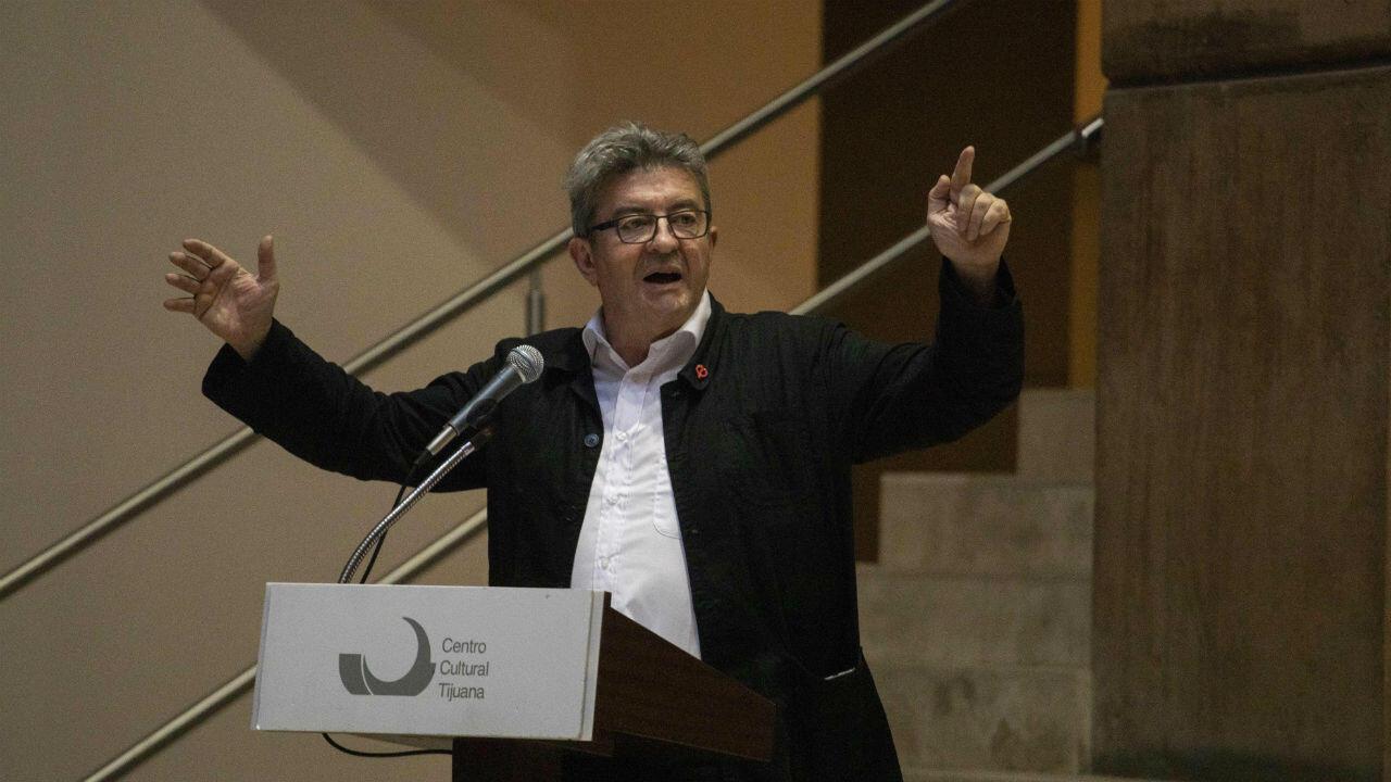 Jean-Luc Mélenchon prononçant un discours devant les militants du parti Morena, à Tijuana, au Mexique.