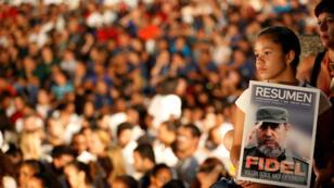 Una niña con una imagen de Fidel Castro (1926-2016), participa en una velada conmemorativa por el segundo aniversario del fallecimiento del líder de la Revolución cubana. 24 de noviembre de 2018.