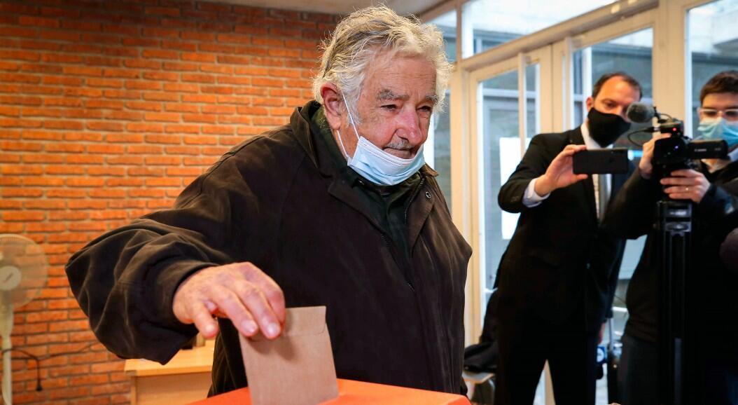 """El expresidente y senador José """"Pepe"""" Mujica vota durante las elecciones departamentales y municipales de su país. En Montevideo, Uruguay, el 27 de septiembre de 2020."""