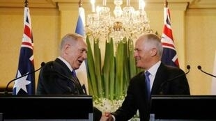 رئيس الوزراء الأسترالي تورنبول مصافحا نظيره الإسرائيلي نتانياهو في سيدني في 22 شباط/فبراير 2017