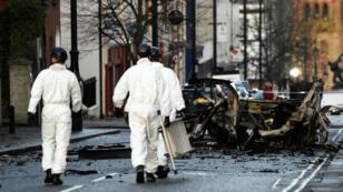 Oficiales forenses caminan en la escena donde explotó el carro bomba en Londonderry, Irlanda del Norte. 20 de enero de 2019.