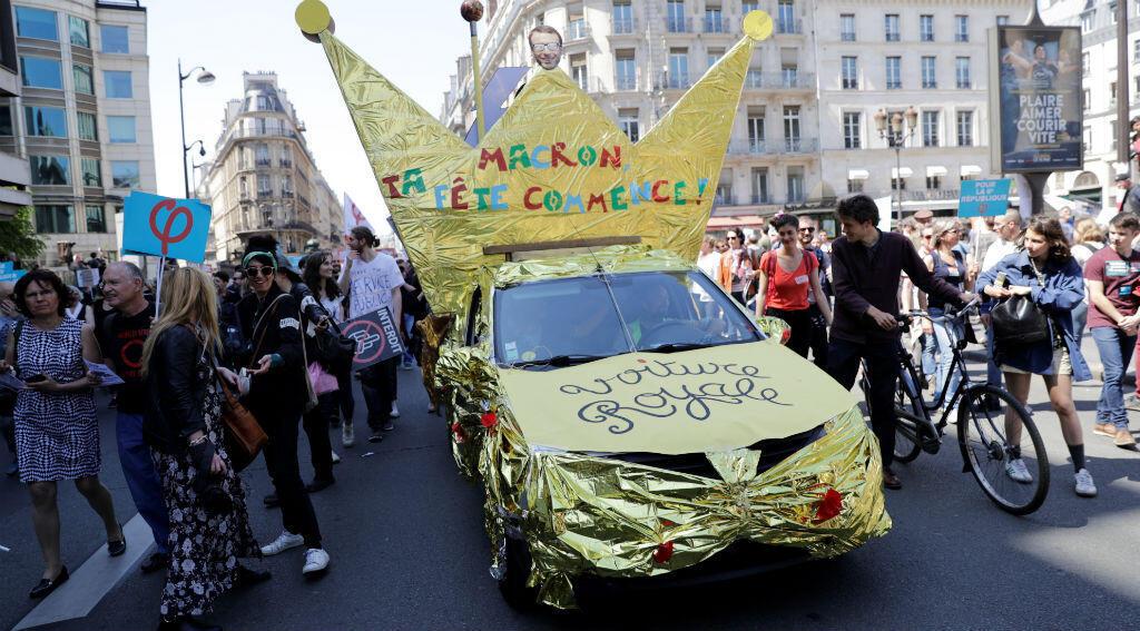 """Une voiture décorée à l'occasion de la """"Fête à Macron"""", manifestation à Paris le 5 mai 2018."""