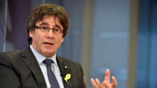 Carles Puigdemont, exiliado en Bruselas, Bélgica (foto), llegó a un acuerdo con uno de los partidos independentistas de la izquierda republicana (ERC) del Parlamento regional, para intentar volver a ser nuevo jefe del gobierno catalán (Foto - 23 de diciembre de 2017)