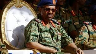 الرئيس عمر البشير في 9 نيسان/أبريل 2017 في قاعدة مروي الجوية (350 كلم شمال الخرطوم)