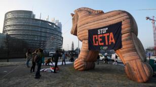 Allégorie du Ceta, cheval de Troie des États-Unis en Europe, par des manifestants devant le Parlement européen.