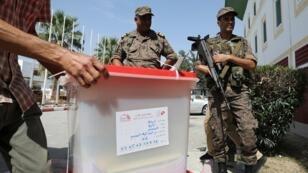 Des militaires tunisiens près d'un bureau de vote, le 14septembre2019, à Tunis.