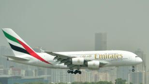 Un AirbusA380 aux couleurs d'Emirates atterrit sur le tarmac de l'aéroport international de Dubaï.