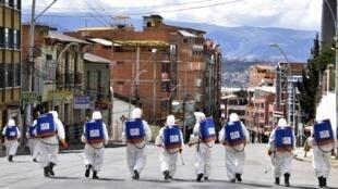 Los trabajadores municipales desinfectan las calles como medida preventiva para frenar la propagación del coronavirus, el 4 de abril de 2020 en La Paz