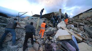 De secours à la recherche de victimes dans la ville d'Amatrice, dans le centre de l'Italie, mercredi 24 août 2016.