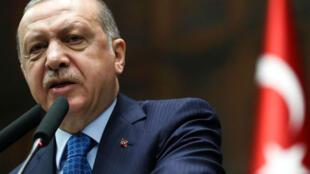 Recep Tayyip Erdogan donne un discours lors d'un rassemblement de l'AKP, à Ankara, le 17 avril 2018.