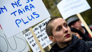 """Une jeune femme tient une pancarte """"On ne se taira plus"""" au rassemblement place de la République, le 29 octobre à Paris."""